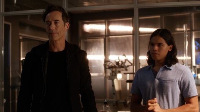the flash review the darkness and the light season 1 star labs tom cavanagh carlos valdes harry wells cisco vibe